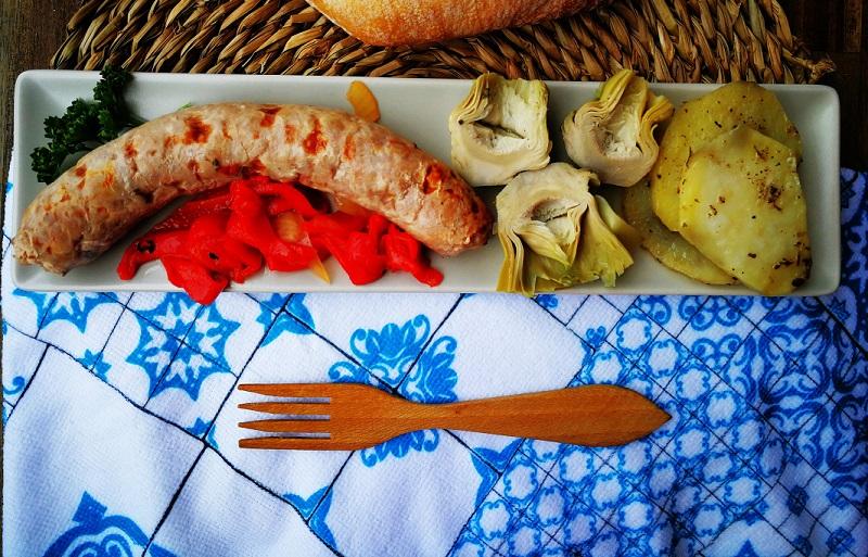 Plato tradicional de carne acompañado de alcachofas