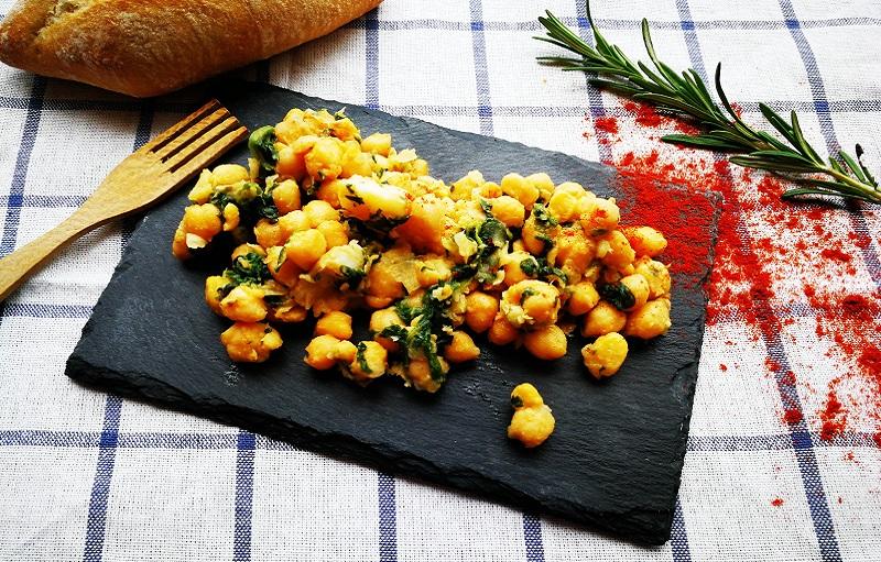 Plato de cuchara con legumbres y pescado