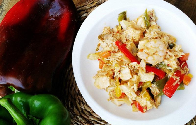 Plato tailandés de pollo y gambas con sweet chilli